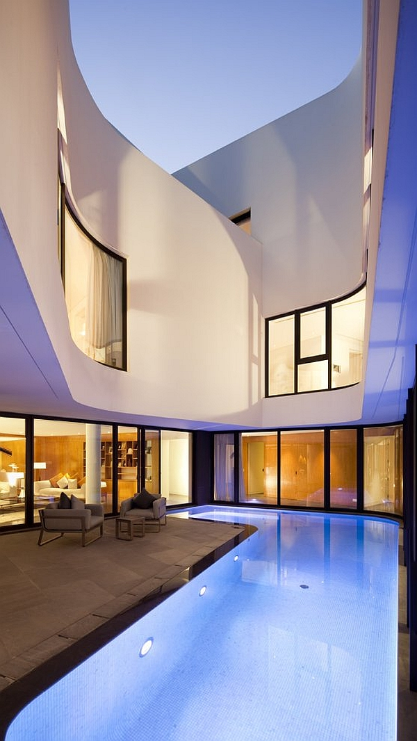 Mop House – pool and glass walls