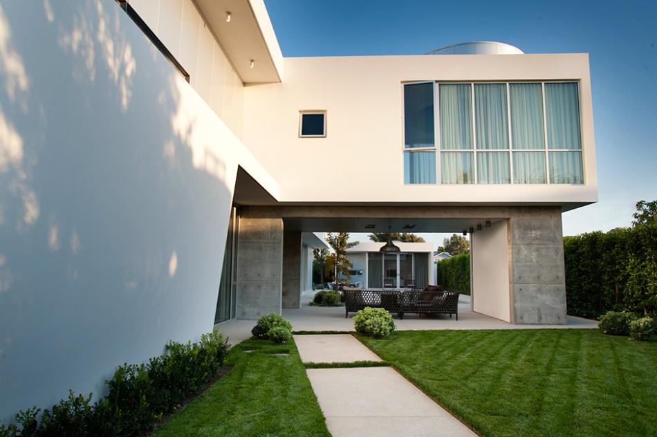 Modern California Home with white stucco