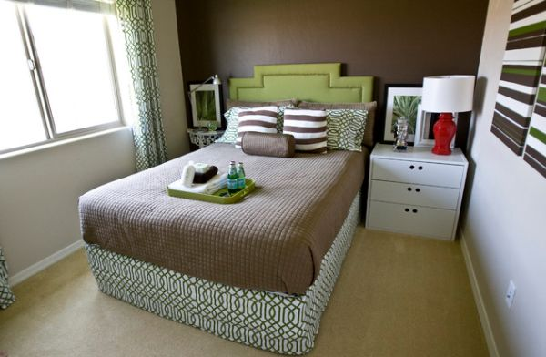 Always keep a small bedroom clean and uncluttered