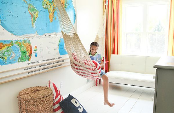 Hammock in the kids' bedroom can be a space-saving solution