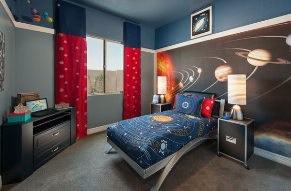 Solar system kids bedding and the wallpaper bring in cosmos into kids' bedroom