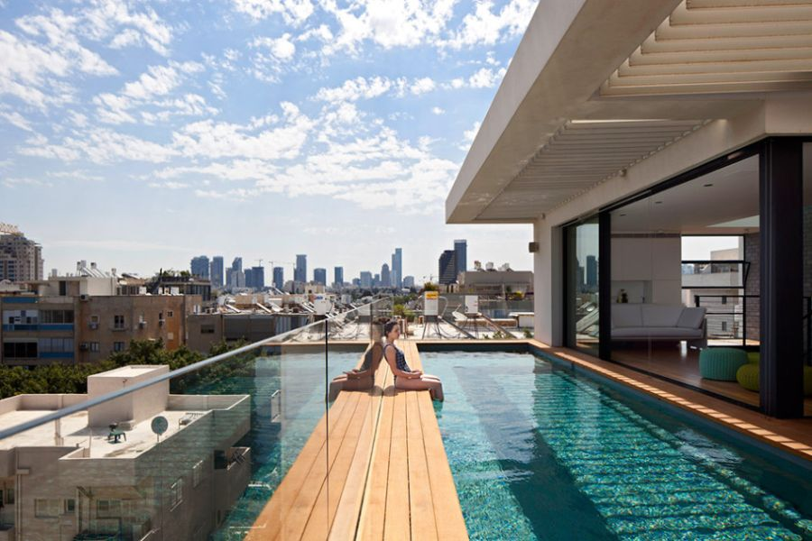 Fifth floor swimming pool in the Tel Aviv home