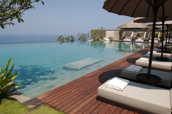 Relax next to the inifinity pool
