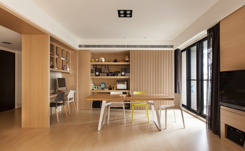 Smart shelves and decor in the organic dining room