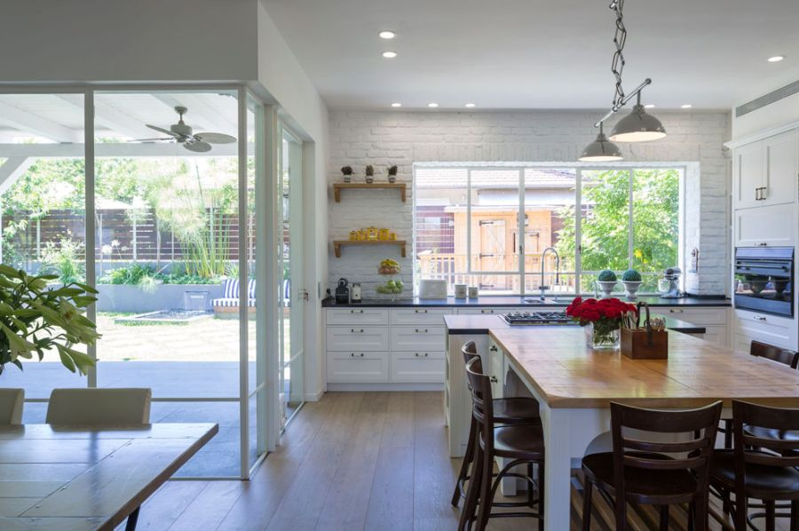 Traditional kitchen design with white exposed brick walls