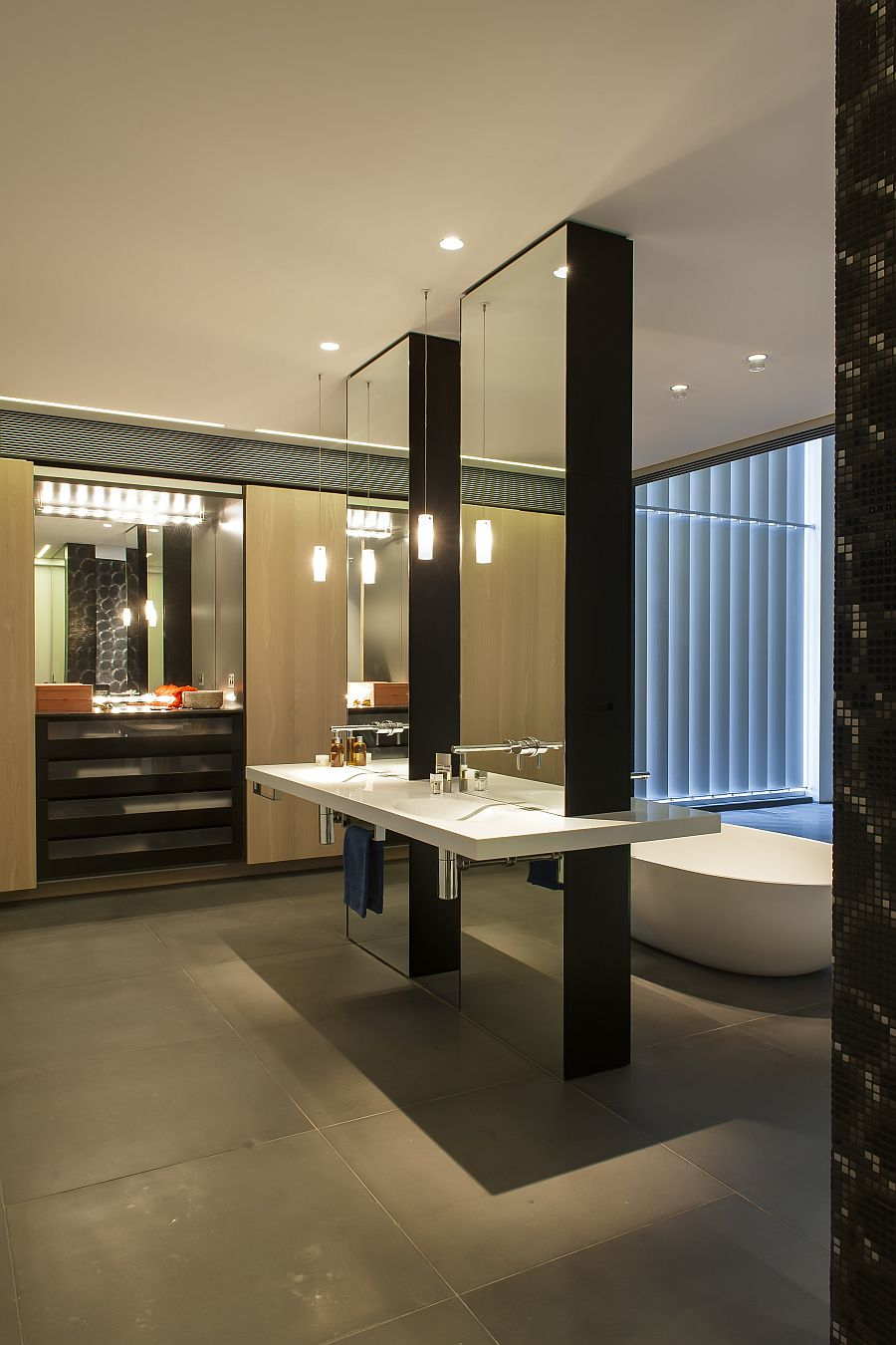 Hollywood styled make up lights and mirrors in the cabinets