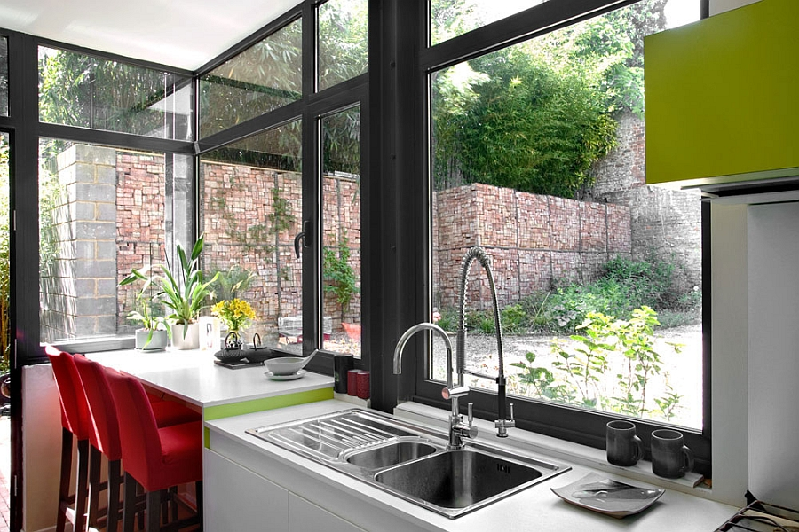 Compact kitchen with view of the outdoor terrace