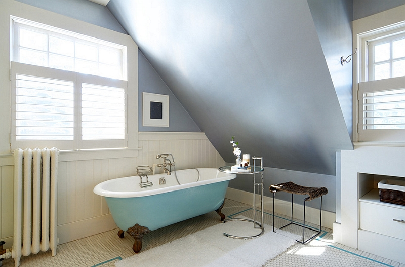 Eileen Gray Side Table next to the bathtub in blue