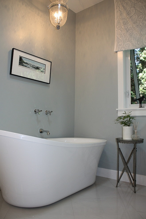 Master bathroom with an imposing bathtub in white