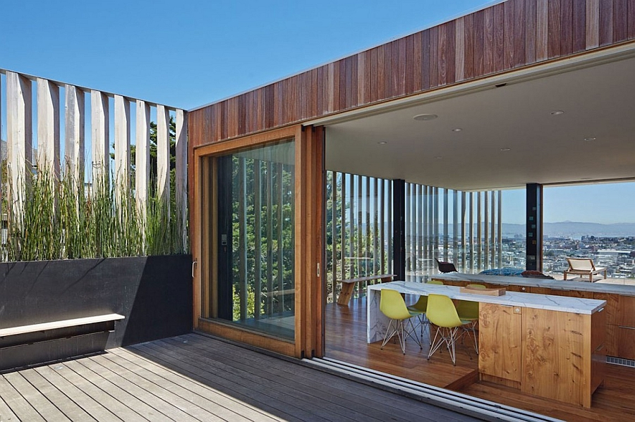 Sliding stackable glass doors connect the interior with the deck