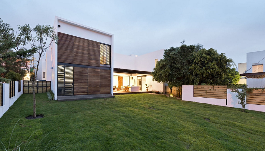 Beautiful modern house that is connected with the backyard in a seamless fashion