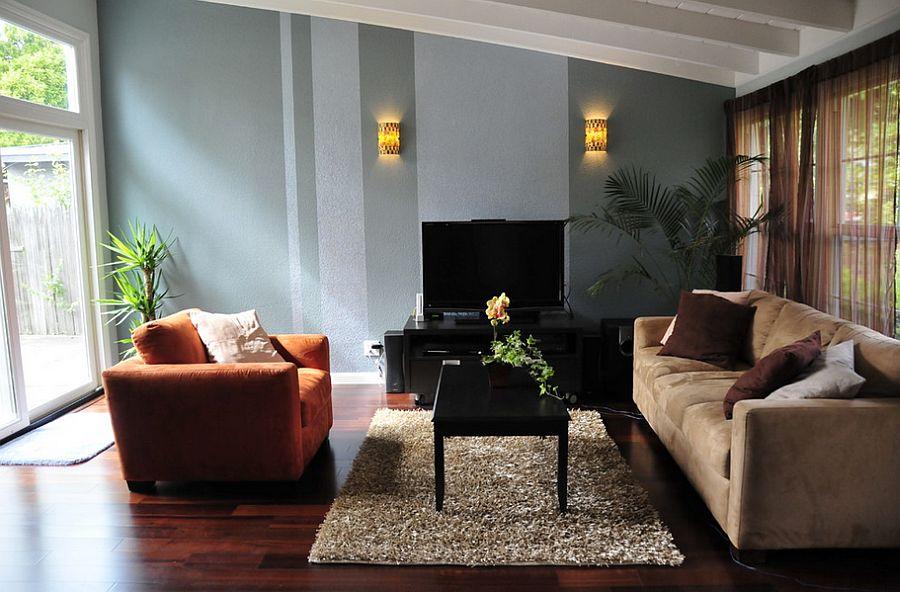 Vertical stripes break the monotony in the room [Design: Ayelet Designs]