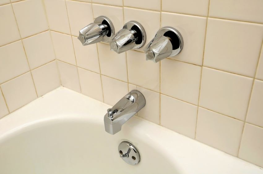 A tub and shower in need of recaulking