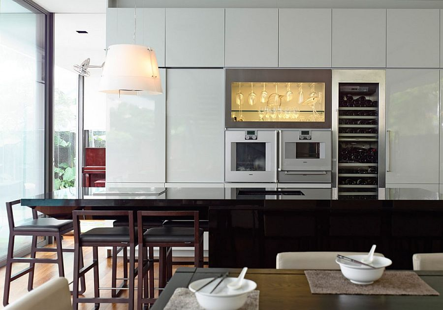 Kitchen with glossy surfaces in black and white