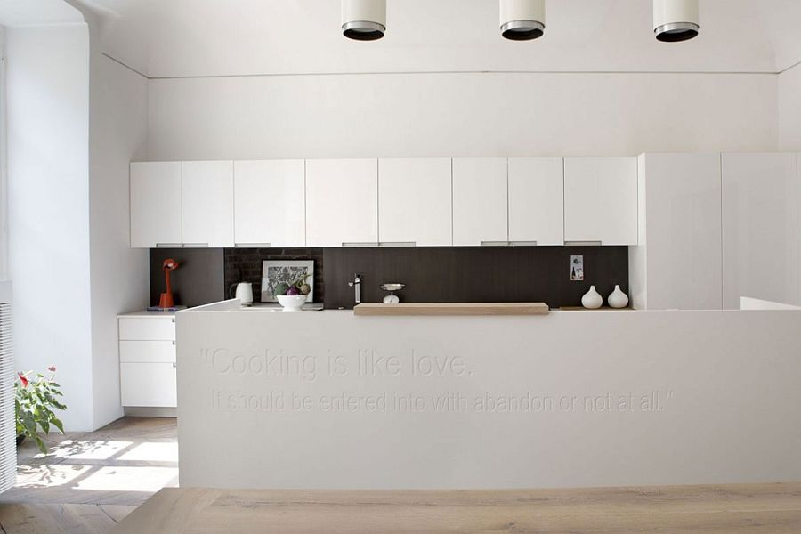 Stunning black and white kitchen makes a beuatiful statement – literally!