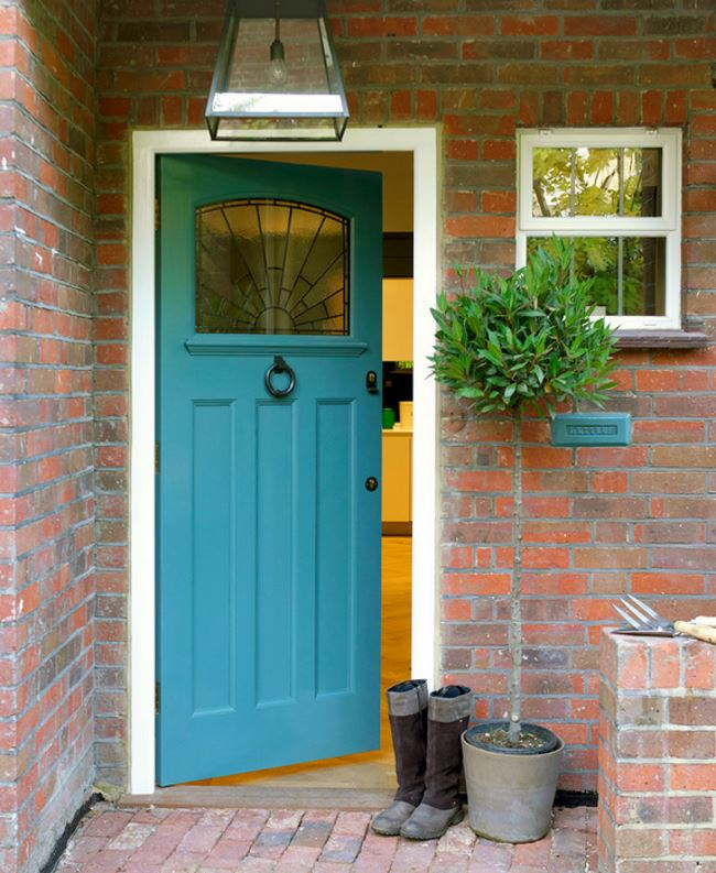 Small front entrance with a tall topiary