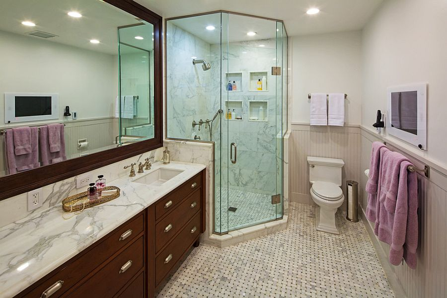Corner shower saves up on space in the narrow bathroom