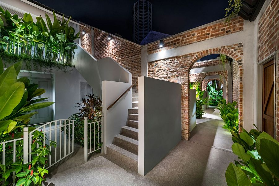 Relaxing private gardens and alleyways take you away from the fast city life