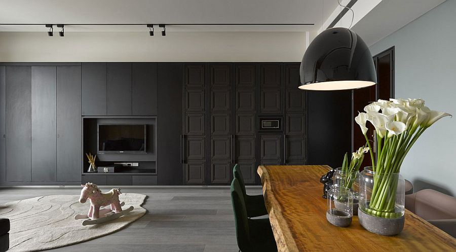 Natural wooden table and striking pendant in black create a fabulous dining room