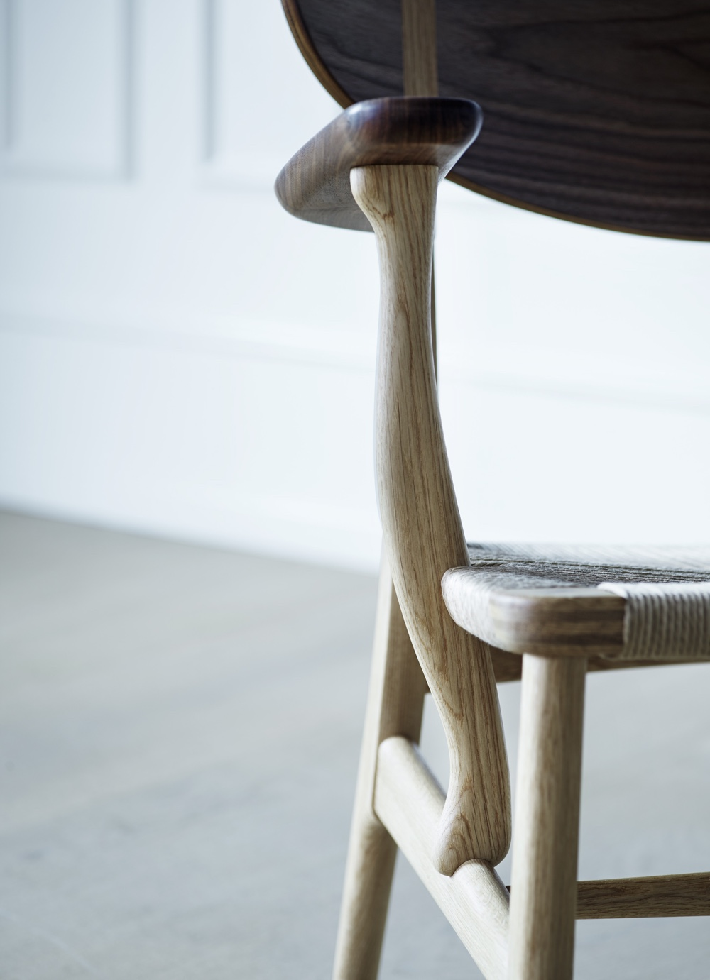 CH22 lounge chair: armrest detail in an oak and walnut mix.