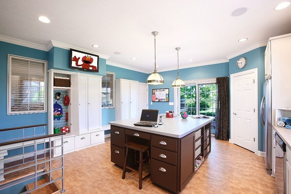 Multipurpose room with mudroom, laundry and home office rolled into one [Design: KannCept Design]
