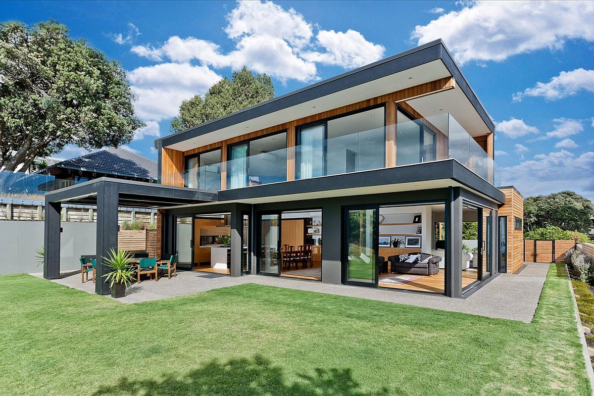 Smart New Zealand home opens up towards the amazing sea views