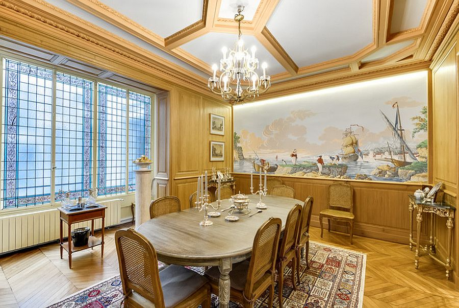 Gold never disappoints in the glitzy Victorian dining space