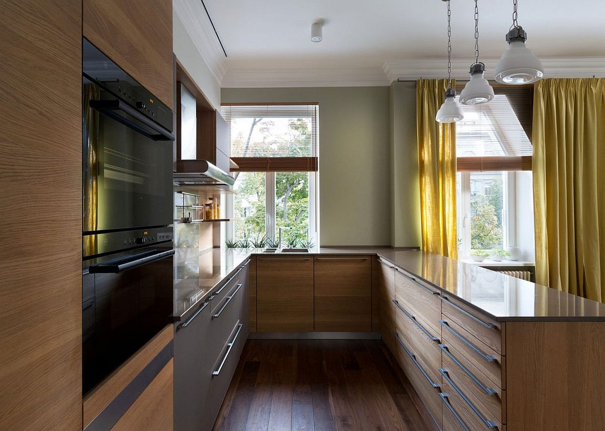 Kitchen peninsula with amplpe storage and shelf space