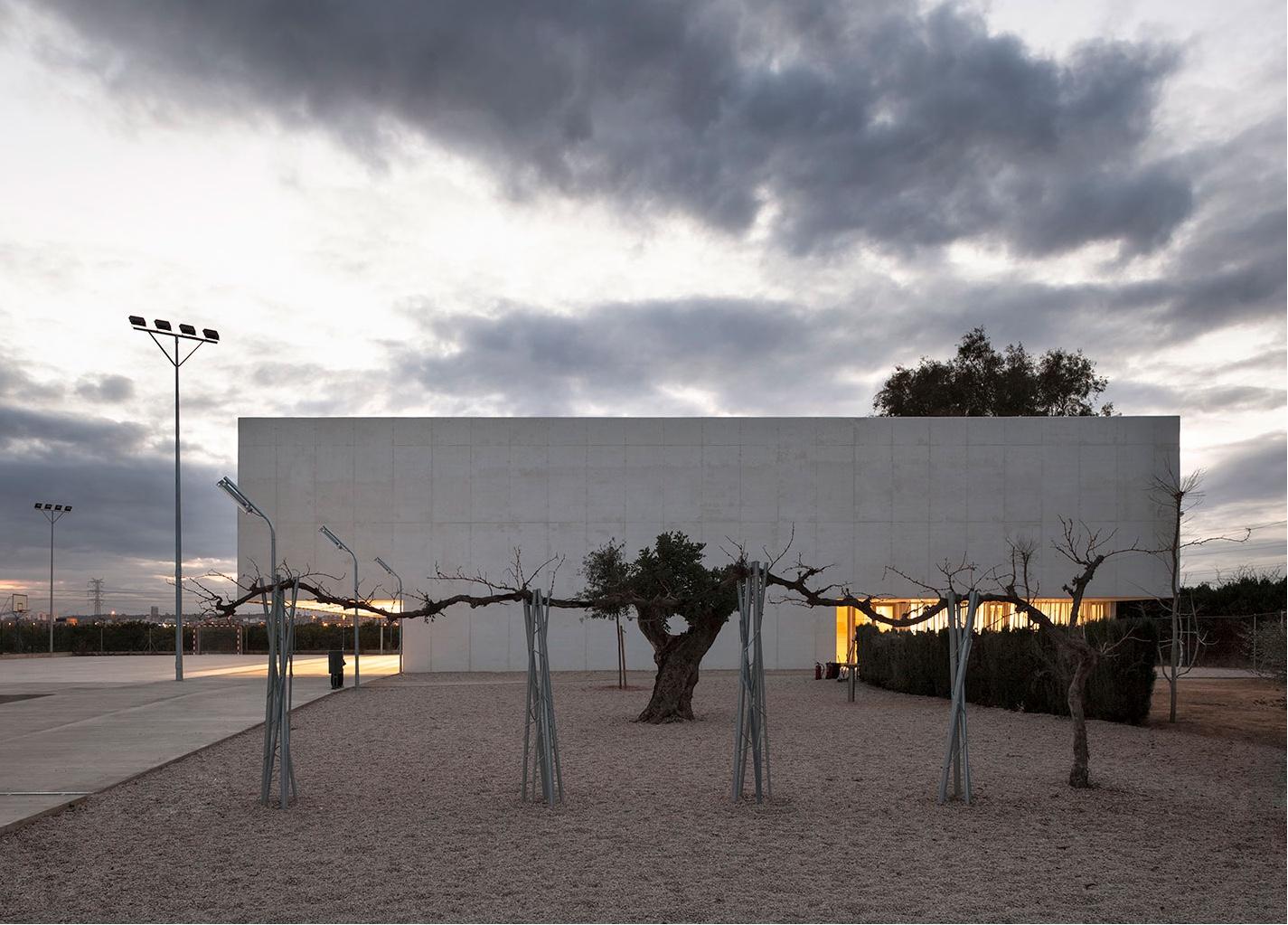 Multipurpose sports hall for Escola Gavina school, was designed by Gradolí & Sanz Arquitectos.