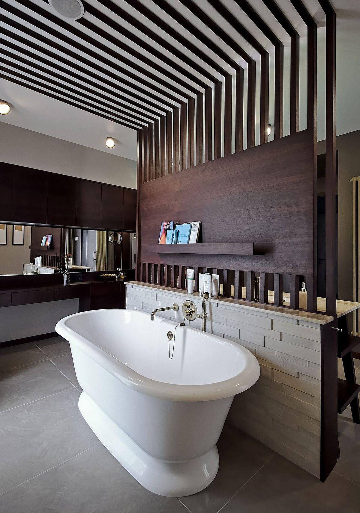 Freestanding bathtub in white