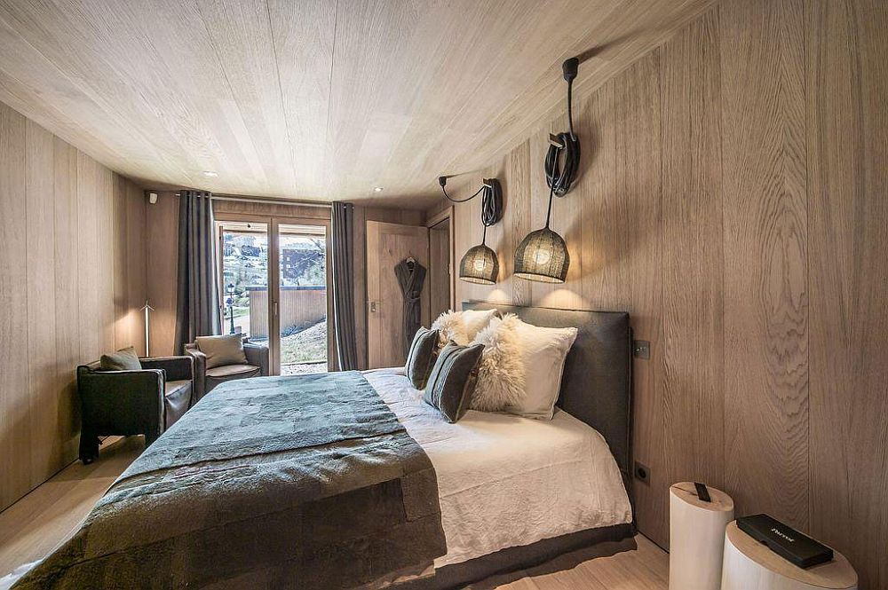 Walls and ceiling draped in wood of the chalet-style bedroom