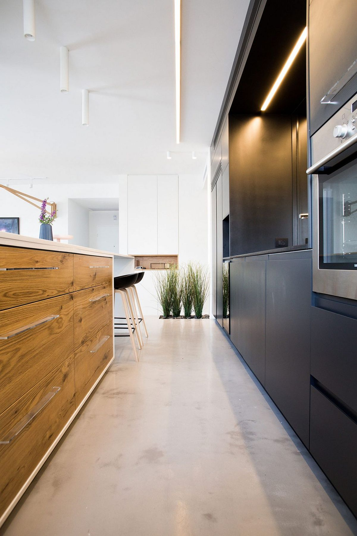 Cleverly designed cabinets for the smart kitchen island