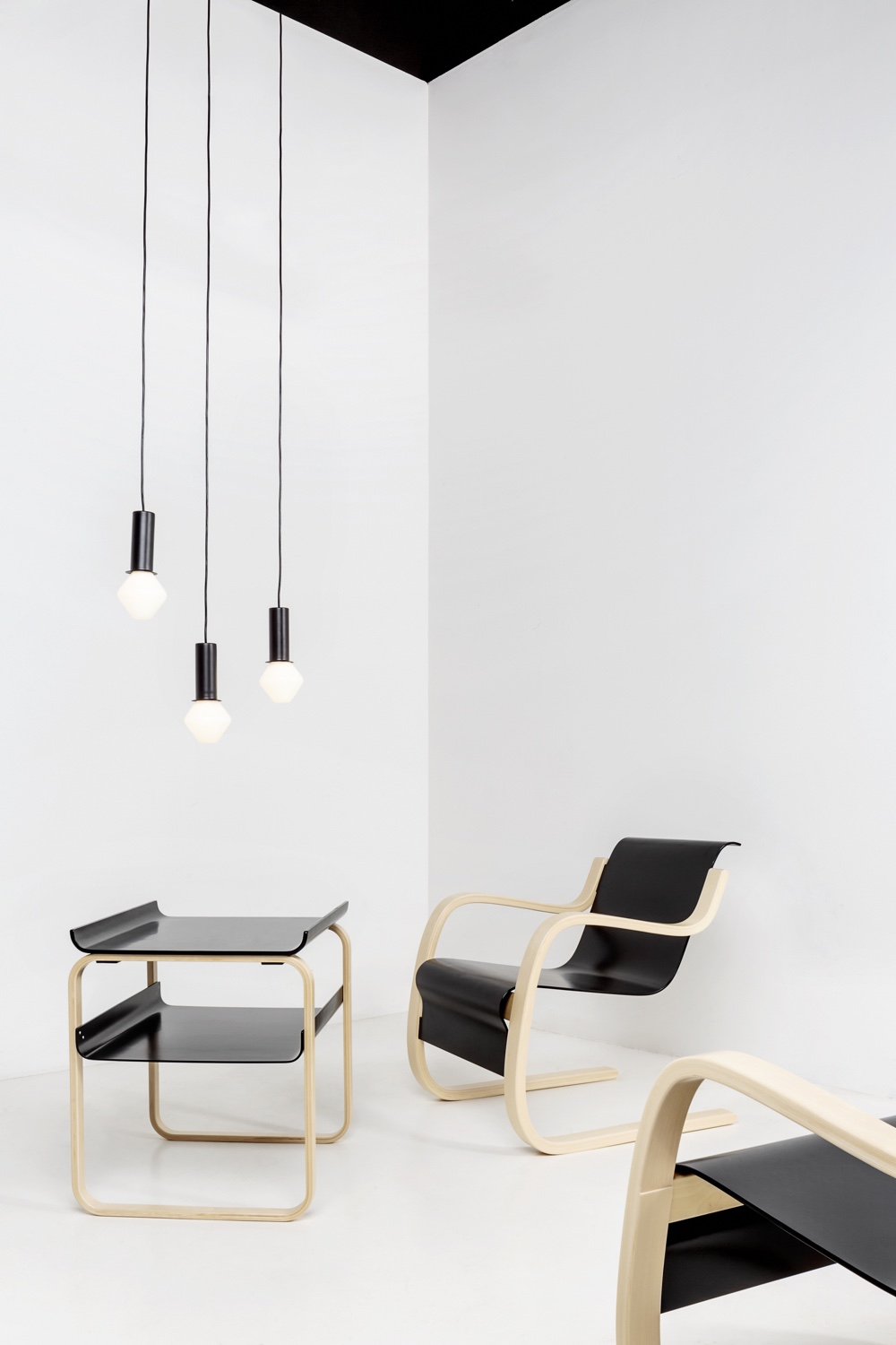 Pendant TW003, Table 915 and Armchair 42
