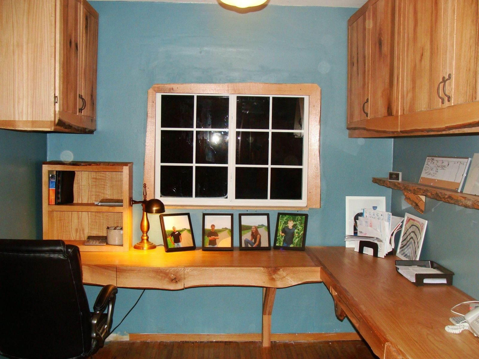 Small rustic office with a corner raw edge table
