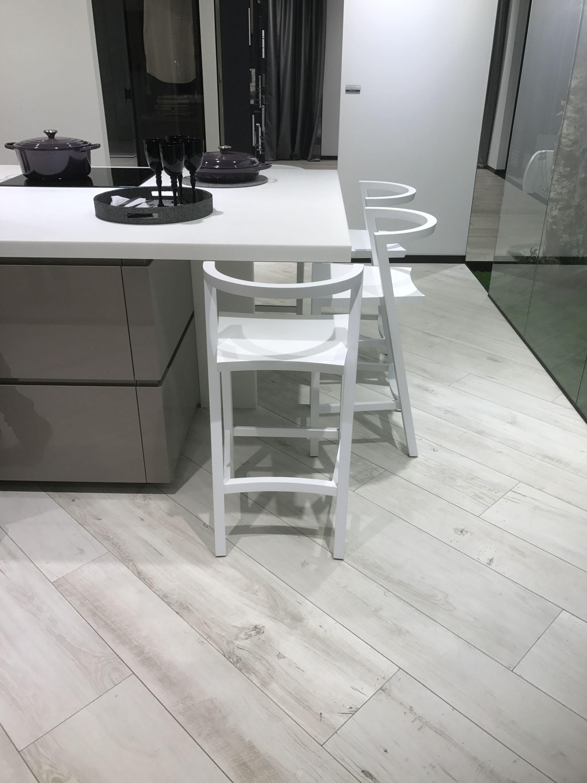 Bright wood looking floor tiles by Porcelanosa