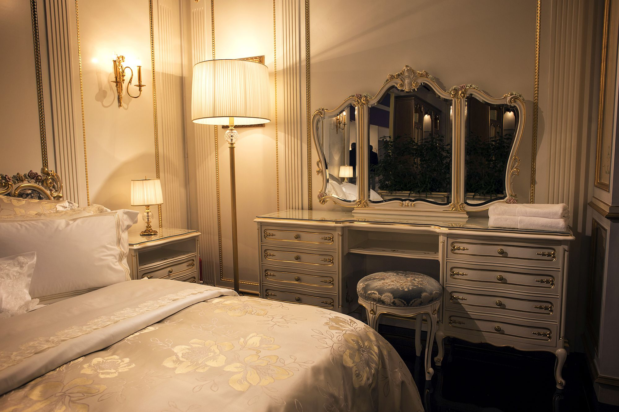 Dresser for the small bedroom with classic frame for the mirror