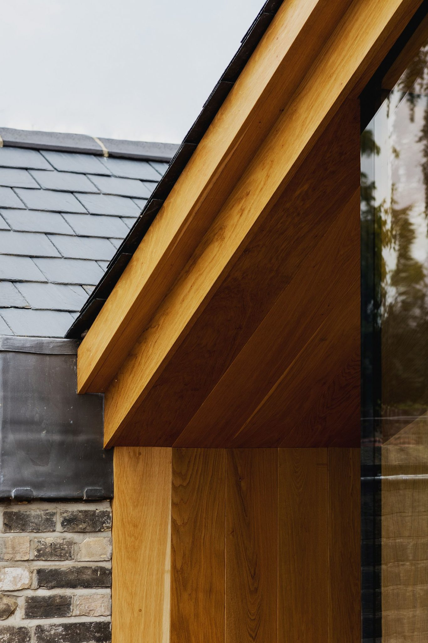 Lovely use of oak creates a visually light and contemporary extension