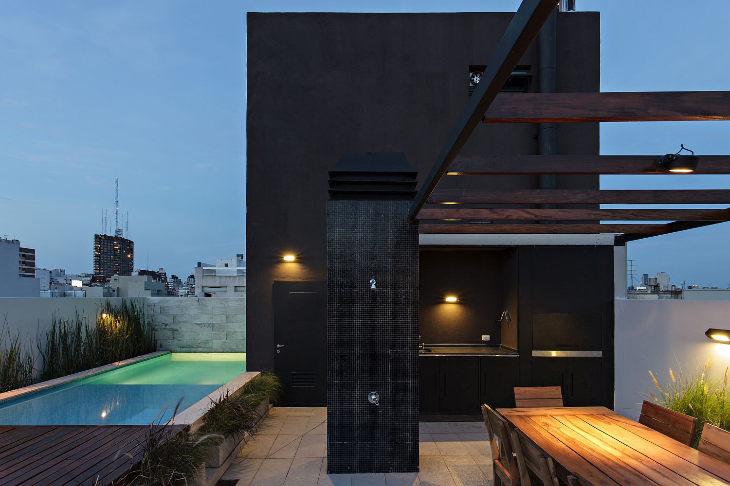Triplex with its own spacious terrace, common pool and lounge area