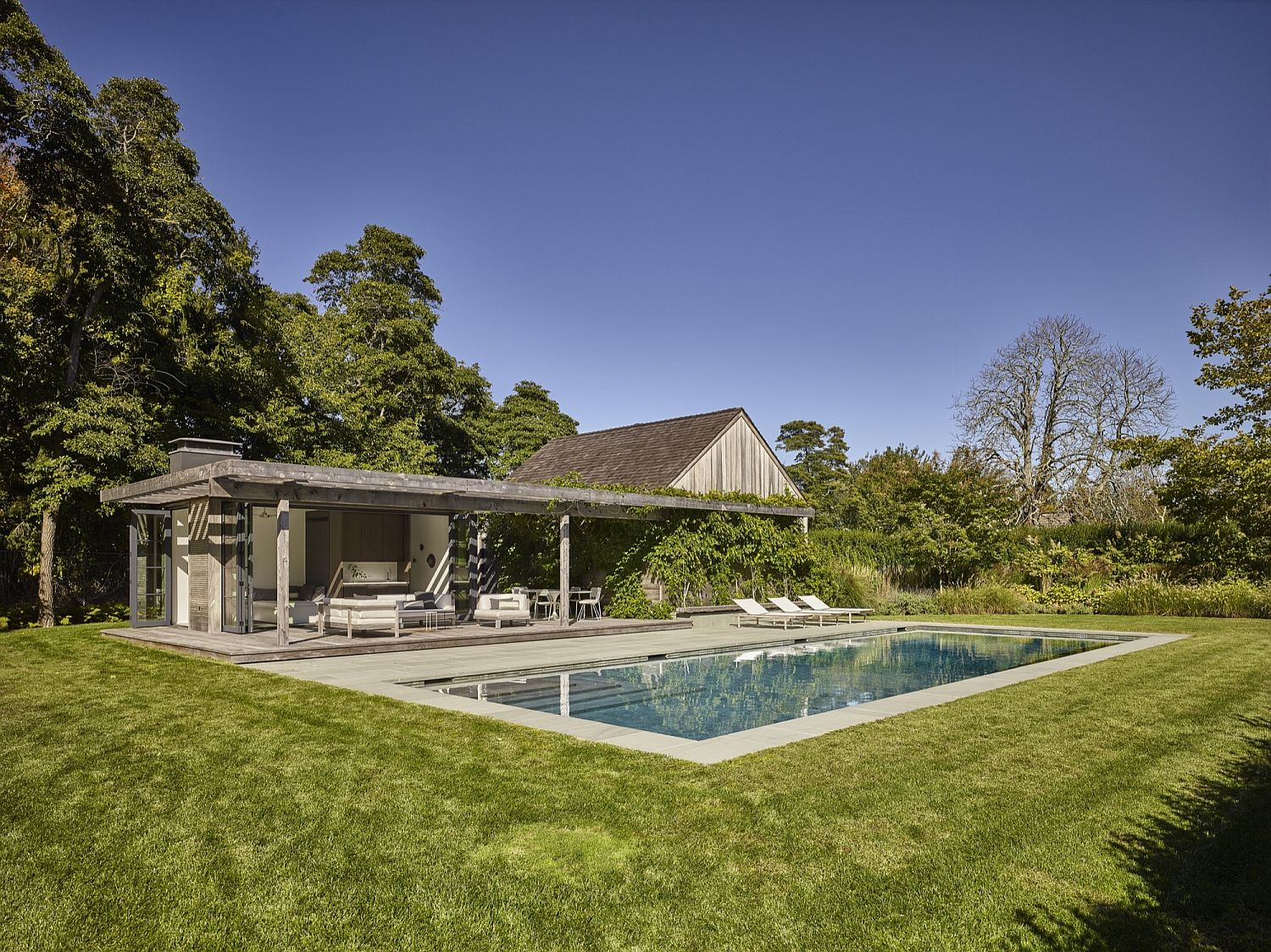 Pool house blends in with the backdrop effortlessly
