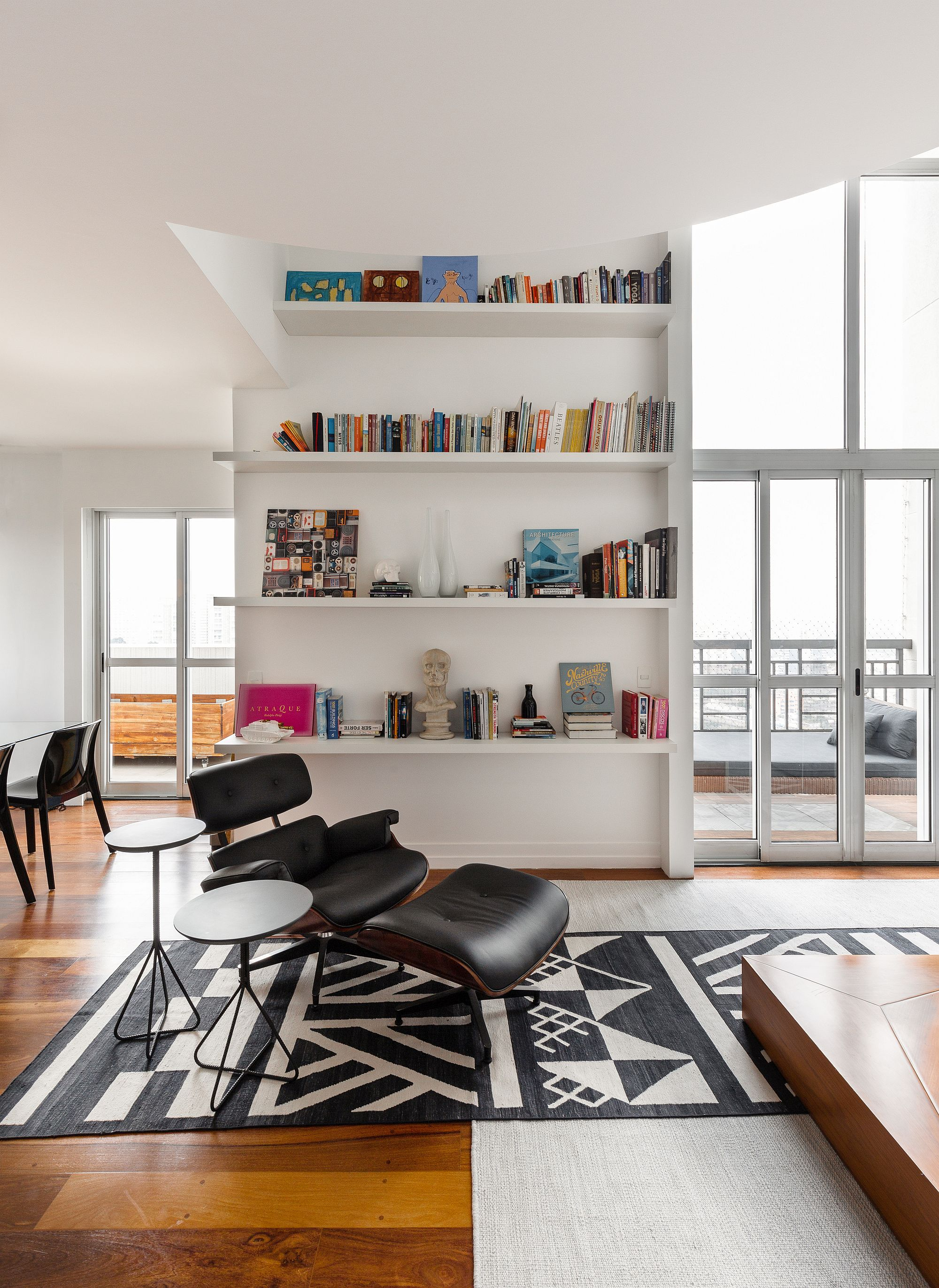 Slim and stylish bookshelf in white for he contemporary apartment