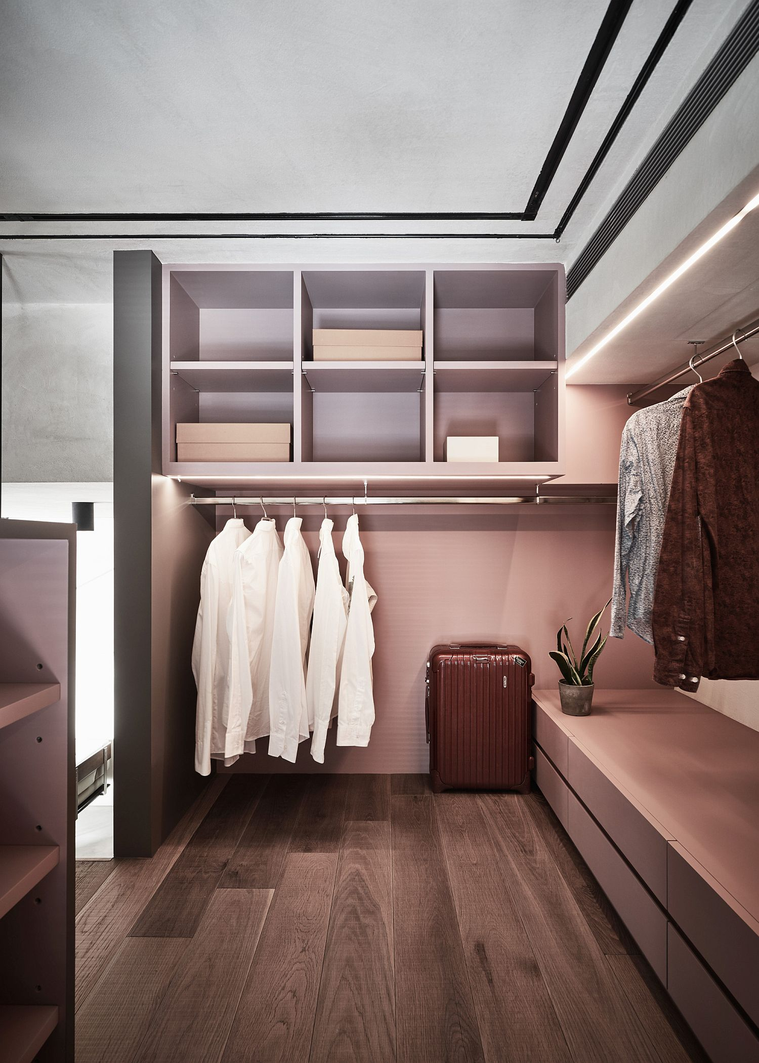 Space-savvy and simple wardrobe idea for the small bedroom