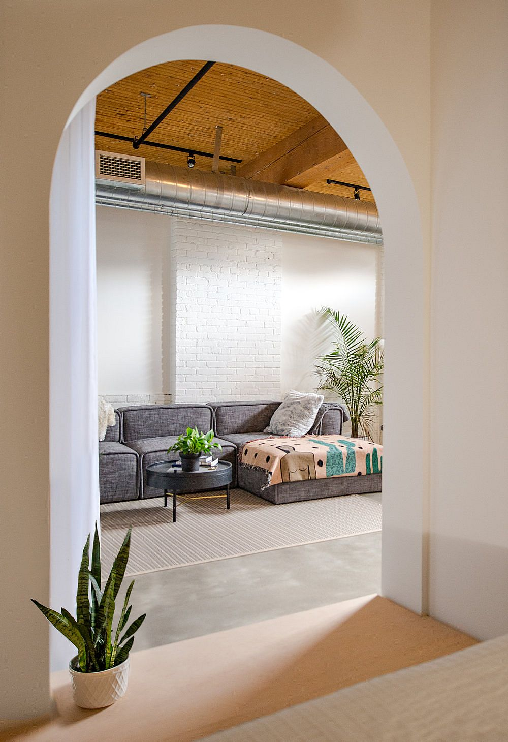 Archways add beauty and elegance to the bed box design