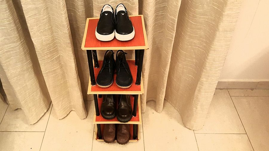 Petite and easy-to-craft charlkboard shoe rack adds color to your home