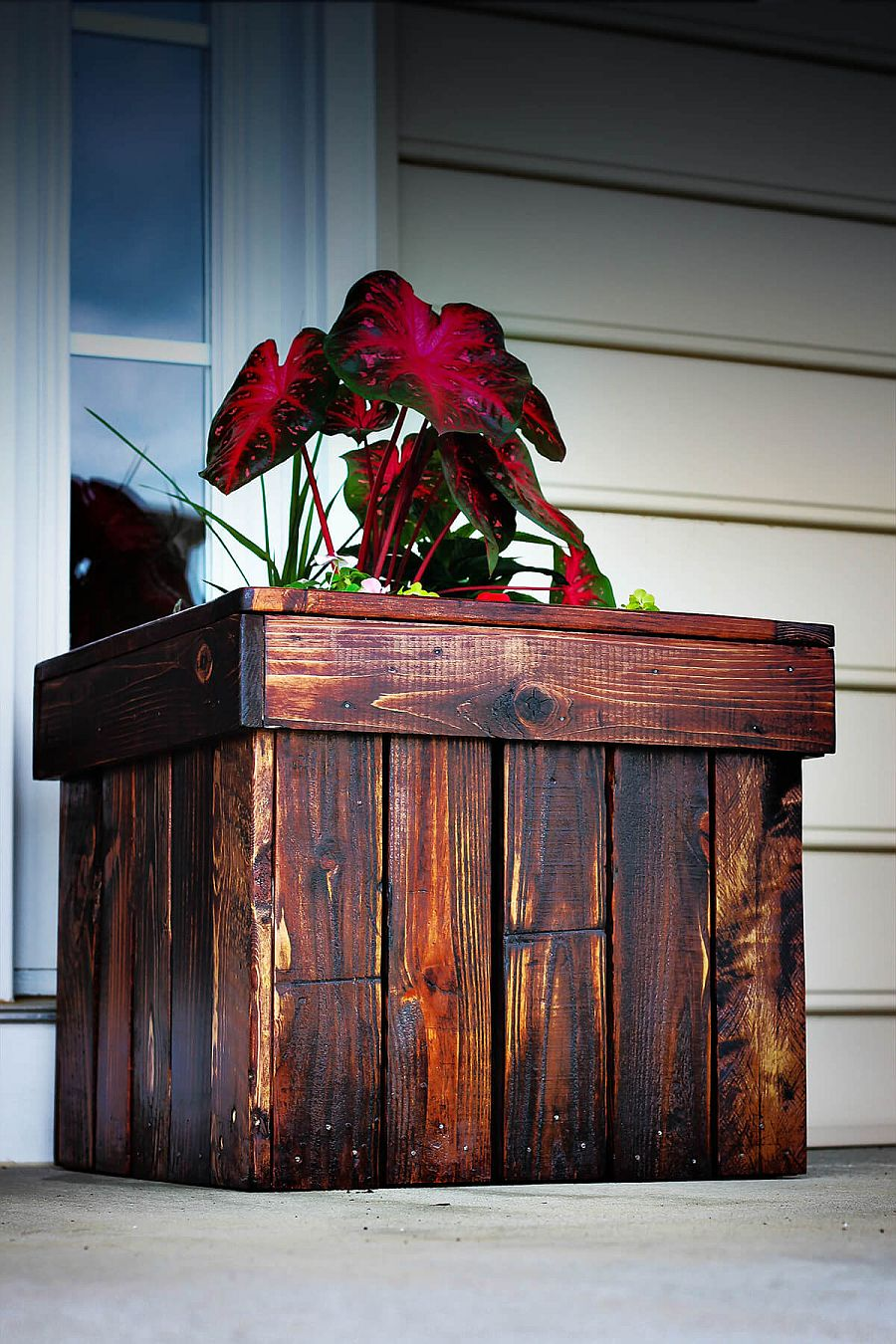 It is the strain of the wood that adds even more charm to the DIY planter design