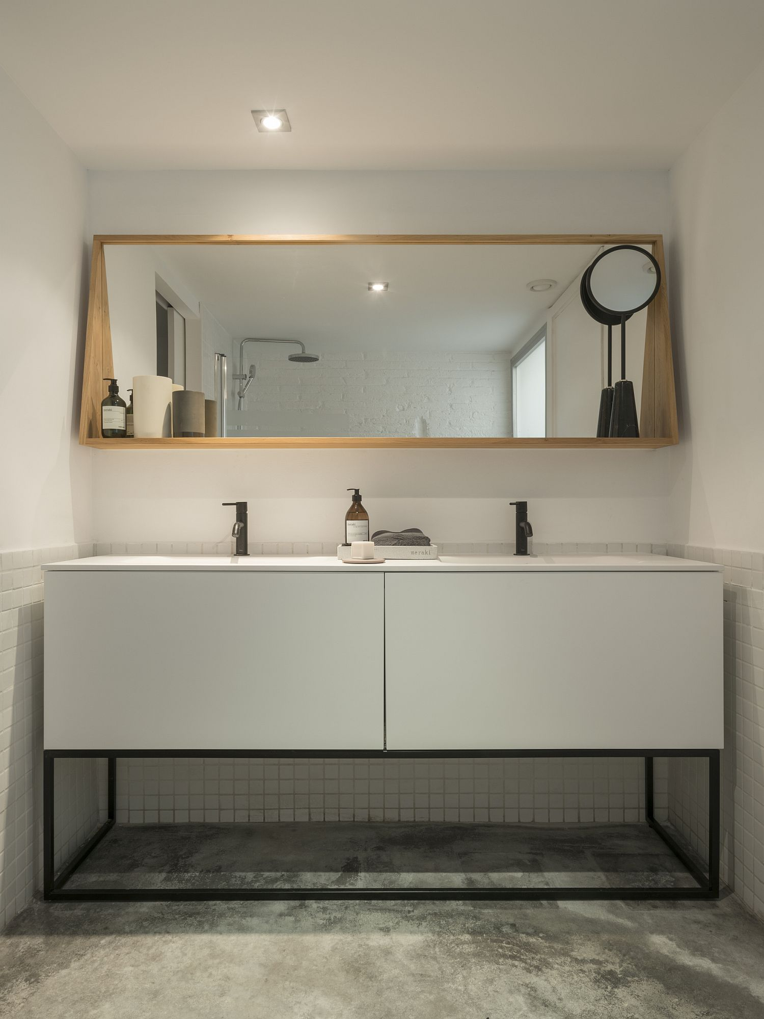 Modern bathroom in white with smart lghting